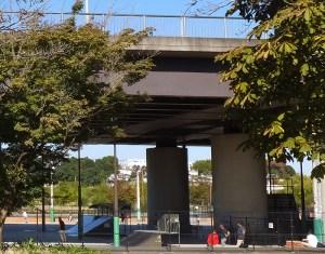 「新横浜公園」内を横切る幹線道路で工事、高架下の広場などで利用制限も