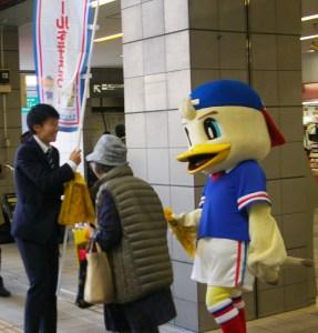 日吉駅に約70名が集結し交通事故防止キャンペーン、高齢者に免許返納の訴えも