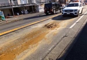 <日吉周辺の綱島街道>泥のような土を大量まき散らしたのは誰だ? 歩行環境が悪化