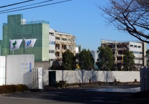 日本興亜の研修ビル「日吉センター」解体が進む、真ん中部分だけ跡形もなく