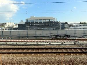 日吉から綱島間の東横線、箕輪町付近で横浜方面行の線路を外側へ移設