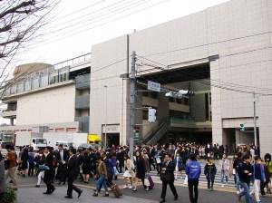 慶應大の2017年入学式は4/3(月)、約6500人の新入生と保護者らが日吉に集結