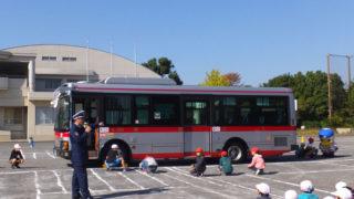 東急バスが校庭に初登場で危険を体感、下田小で開催の交通安全教室に歓声と驚き